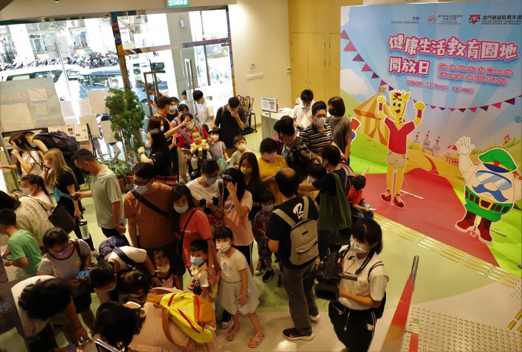 家長帶同子女參與健康生活教育園地開放日